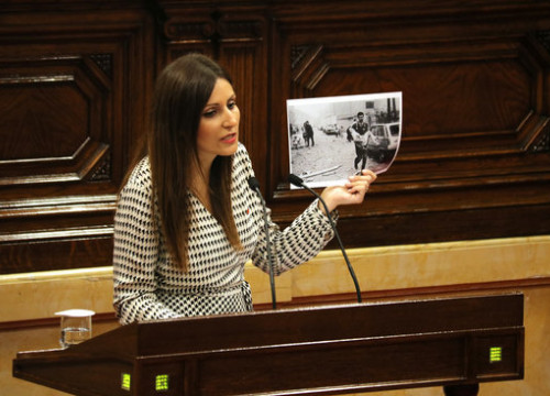 The leader of Cs in Catalonia, Lorena Roldán, showing a picture of a terror attack by Basque ETA terror group on September 25, 2019 (by Bernat Vilaró)