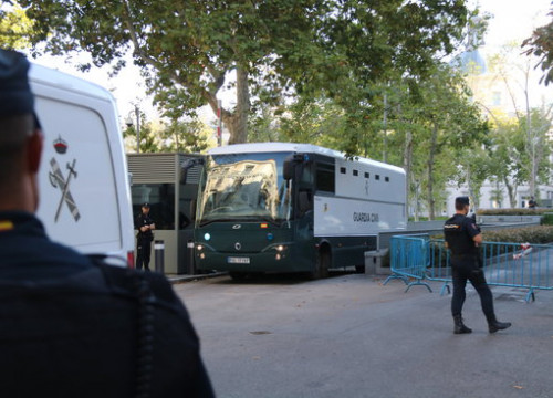 Image of a police coach outside Spain's National Court carrying detained pro-independence activists on September 26, 2019 (by Andrea Zamorano)