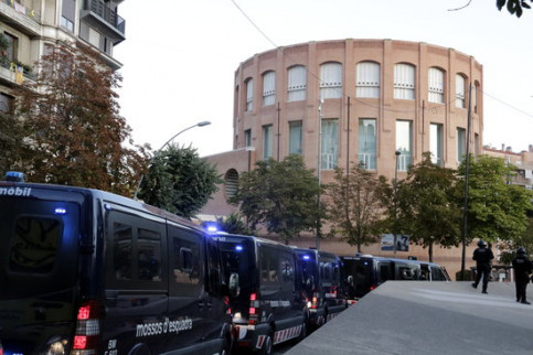 Catalan police in front of the Spanish government office in Girona as a pro-independence protest gathers on October 1, 2019 (by Marina López)