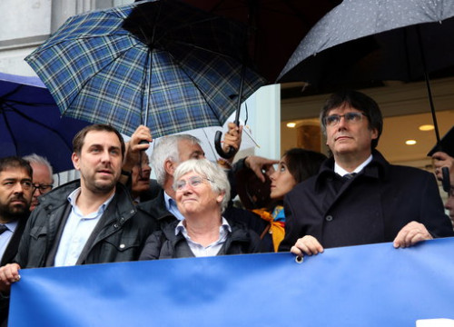 Former Catalan president Carles Puigdemont (right) and former ministers Toni Comín and Clara Ponsatí (by Nazaret Romero)