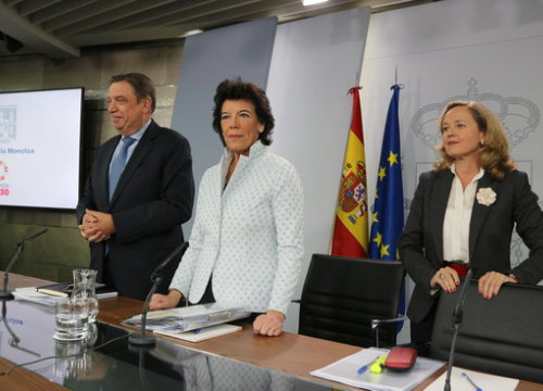 Spanish governement representatives Luis Planas, Isabel Celaá, and Nadia Calviño during a press conference today (by Andrea Zamorano)