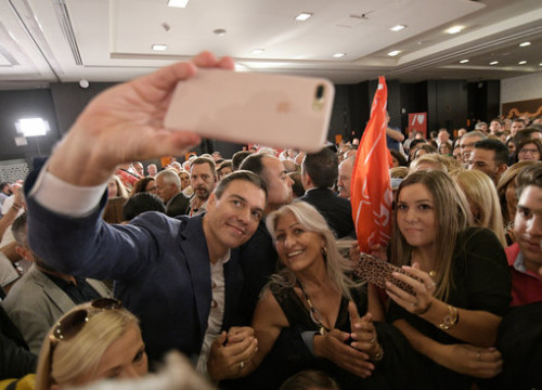 Pedro Sánchez takes a selfie with Spanish Socialist Party supporters at a campaign act (by Inma Mesa / PSOE)