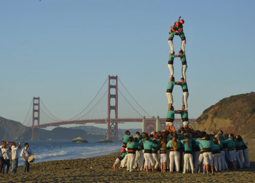 Seven-tier human tower by Vilafranca group in California, by Golden Gate, on October 9, 2019 (by Castellers de Vilafranca)