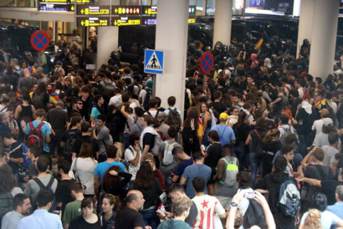 Thousands of pro-independence protesters gather at the airport of Barcelona (by Miquel Codolar)