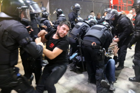 Police officers clash with pro-independence protesters at Barcelona airport on Monday (by Miquel Codolar)