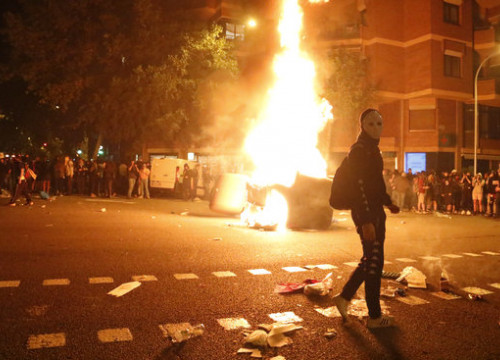 Protesters set barricades on fire in Barcelona for a second night on a row (by Blanca Blay)