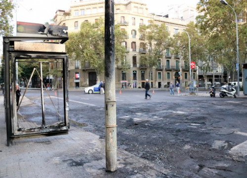 Image of the aftermath of the Friday night riots in Barcelona's Plaça Urquinaona, on October 19, 2019 (by Maria Belmez)