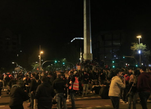 Protests took place at the Plaça de Cinc Oros on Monday night (by Laura Fíguls)