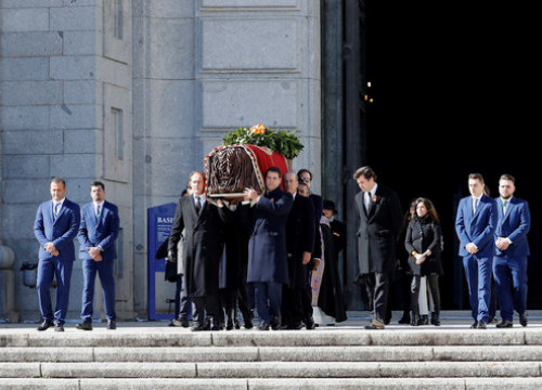 The relatives of Spain's late dictator Francisco Franco take his coffin out of the Valley of the Fallen mausoleum (by EFE)