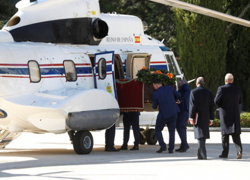 The coffin of Franco is lifted into the helicopter that brought the former dictator's remains to its new resting place, just outside Madrid (by EFE)