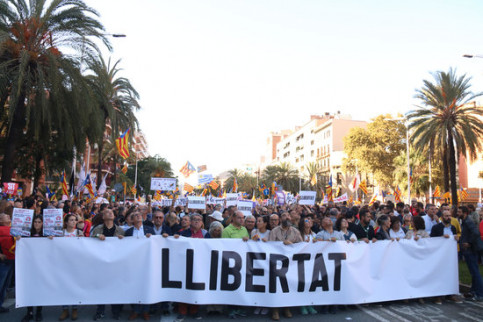 Thousands of pro-independence supporters hold a protest at Barcelona's Marina street (by Mariona Puig)