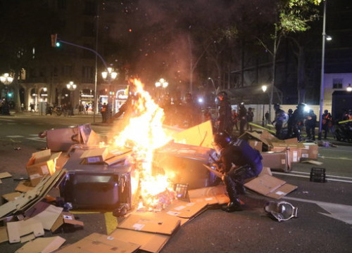 Burning barricade in the center of Barcelona (by Pol Solà)