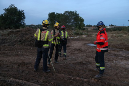Firefighters searching for missing bodies in the area surrounding the Francolí river in southern Catalonia (by Mar Rovira)