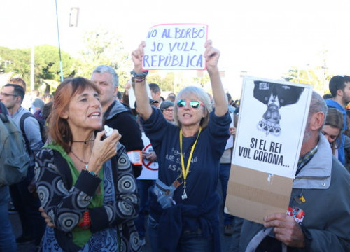 Protesters hold up signs against the Spanish king outside the convention center where Felipe VI is attending an award ceremony (by Miquel Codolar)