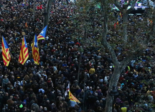 Tsunami Democràtic protesters gather at Plaça Universitat for a demonstration in November, 2019 (by Norma Vidal)