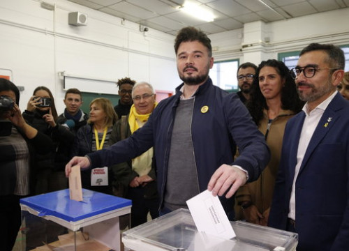 ERC candidate in the Spanish Congress, Gabriel Rufián, voting in the Spanish general election (by ACN)