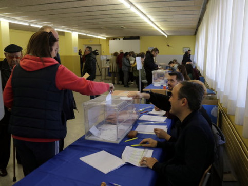 A voter casting her ballot for the Spanish election in Lleida on November 10, 2019 (by Anna Berga)