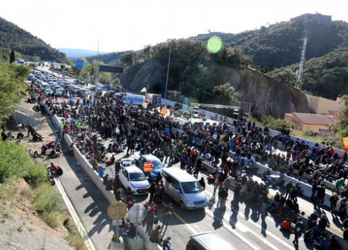 The AP-7 road blocked by protesters near the French border (by Àlex Recolons)