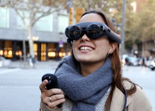 A user of the virtual reality goggles in Barcelona's Passeig de Gràcia, on November 19, 2019 (by Jordi Bataller)