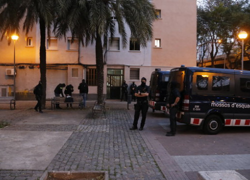 Several Catalan police officers during a raid in Sant Roc neighborhood, Badalona, on November 29, 2019 (by Eduard Batlles)