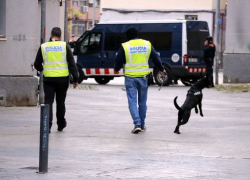 Police during the operation against drug and weapon traffickers in Badalona (by Eduard Batlles)