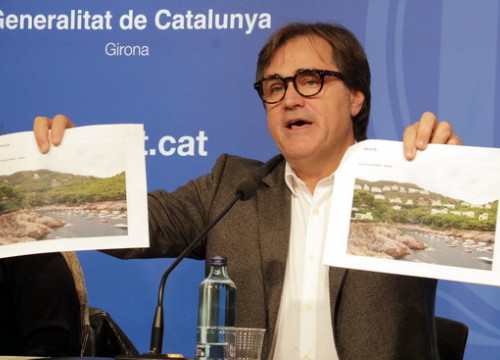 Government secretary for urban habitat, Agustí Serra, with images of the proposal in Begur (by Marina López)