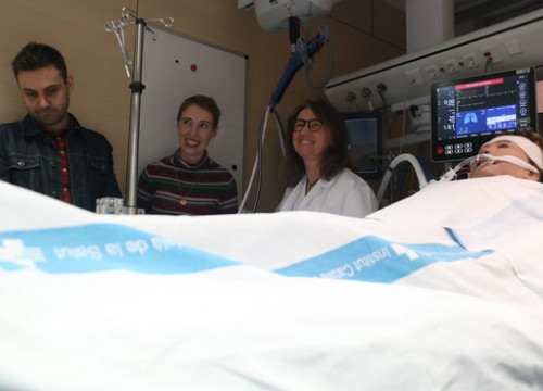 Audrey (center) survived a 6-hour long heart arrest thanks to the ECMO technology used by health professionals at the Vall d'Hebron hospital (by Elisenda Rosanas)