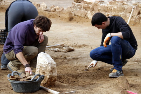 Archeologists working on the excavation of a Roman-era Via Augusta in the Catalan town of Badalona (by Eduard Batlles)