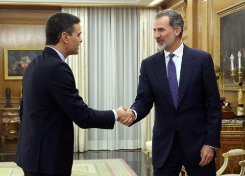Spanish president Pedro Sánchez, left, shakes the hand of the Spanish king, Felipe VI, right (by Pool Efe / Kiko Huesca)