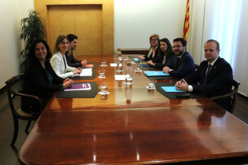 Catalunya en Comú - Podem representatives (left) sign a budget deal with government officials (right) in Barcelona on December 15, 2019 (by Bernat Vilaró)