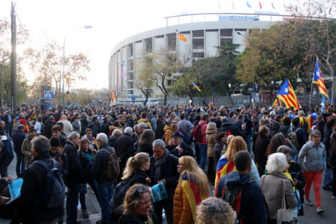 Tsunami Democràtic protesters gather in the surroundings of the Camp Nou stadium ahead of the clásico between Barcelona and Real Madrid, December 18, 2019 (by Aina Martí)