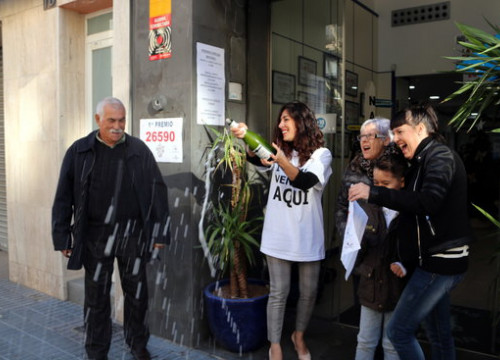 Celebration in Salou lottery outlet, as 26590 was sold there, on December 22, 2019 (by Mar Rovira)
