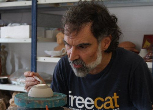 Jordi Cuixart paints a ceramic piece during his time in prison (photo from Cuixart's Twitter account)