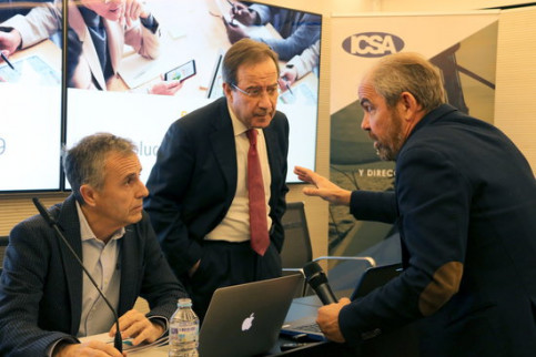 Jordi Costa, professor at the EADA business school, and Ernest Poveda, president of the ICSA group, speak ahead of the presentation of their study on January 9, 2020 (by Maria Belmez)