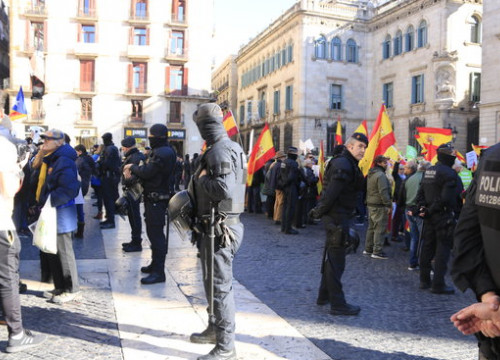 Catalan police keep Vox supporters and antifascist protesters apart in Barcelona's Sant Jaume square on January 12, 2020 (by Laura Fíguls)