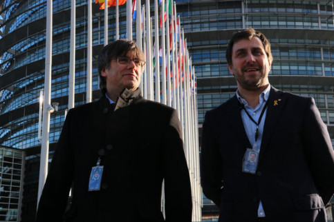 The two pro-independence MEPs Carles Puigdemont and Toni Comín with their accreditations on January 13, 2020 (by Natàlia Segura)