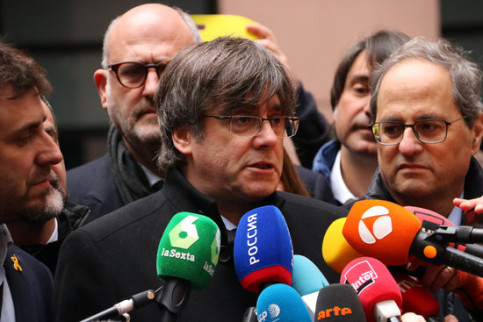 Former president Carles Puigdemont speaks to press surrounded by party colleagues, January 13, 2020 (by Natàlia Segura)