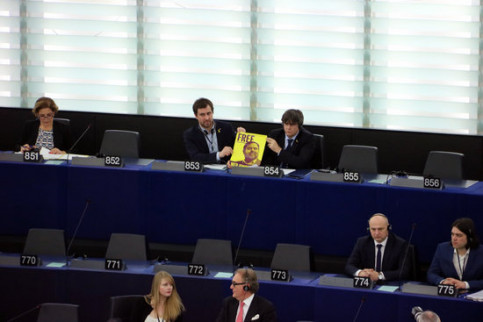 Newly accepted MEPs Toni Comín and Carles Puigdemont, in the EU parliament holding a banner calling for the release of jailed leader Oriol Junqueras in Strasbourg, on January 13, 2020 (by Natàlia Segura)