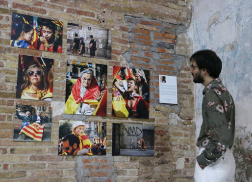 A man looks at photographs of a constitutionalist rally in the exhibition 'Catalonia. The two faces', at the Filippo Ioco Studio & Gallery in Poblenou. Thursday, January 16, 2020 (Pau Cortina)