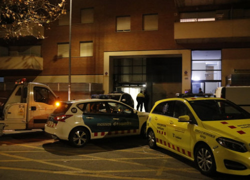 Police cars and ambulances at the scene of the crime against a woman in Terrassa (by Edu Batlles)