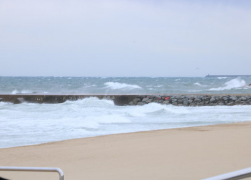 The beach in Barcelona, with high waves (by ACN)