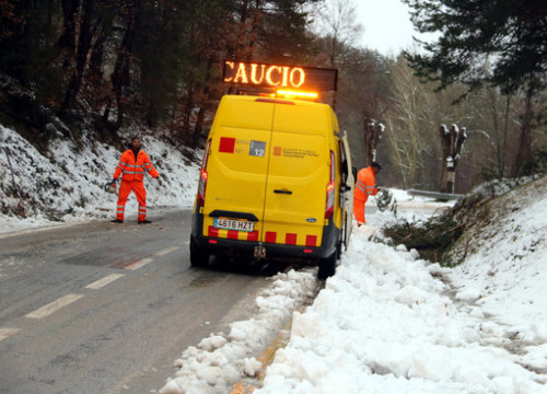 Workers clear snow on the road between L'Estany and El Moianès, January 21, 2020 (by Estefania Escolà)