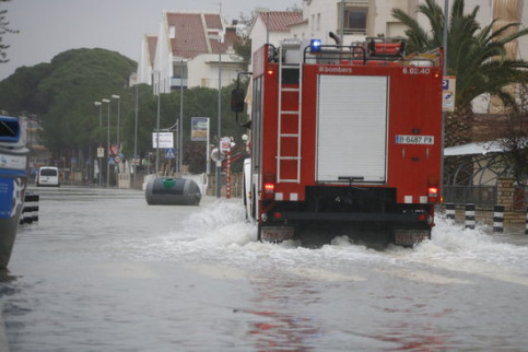Fire truck traveling along a flooded street in Cambrils January 21, 2020 (by Núria Torres)