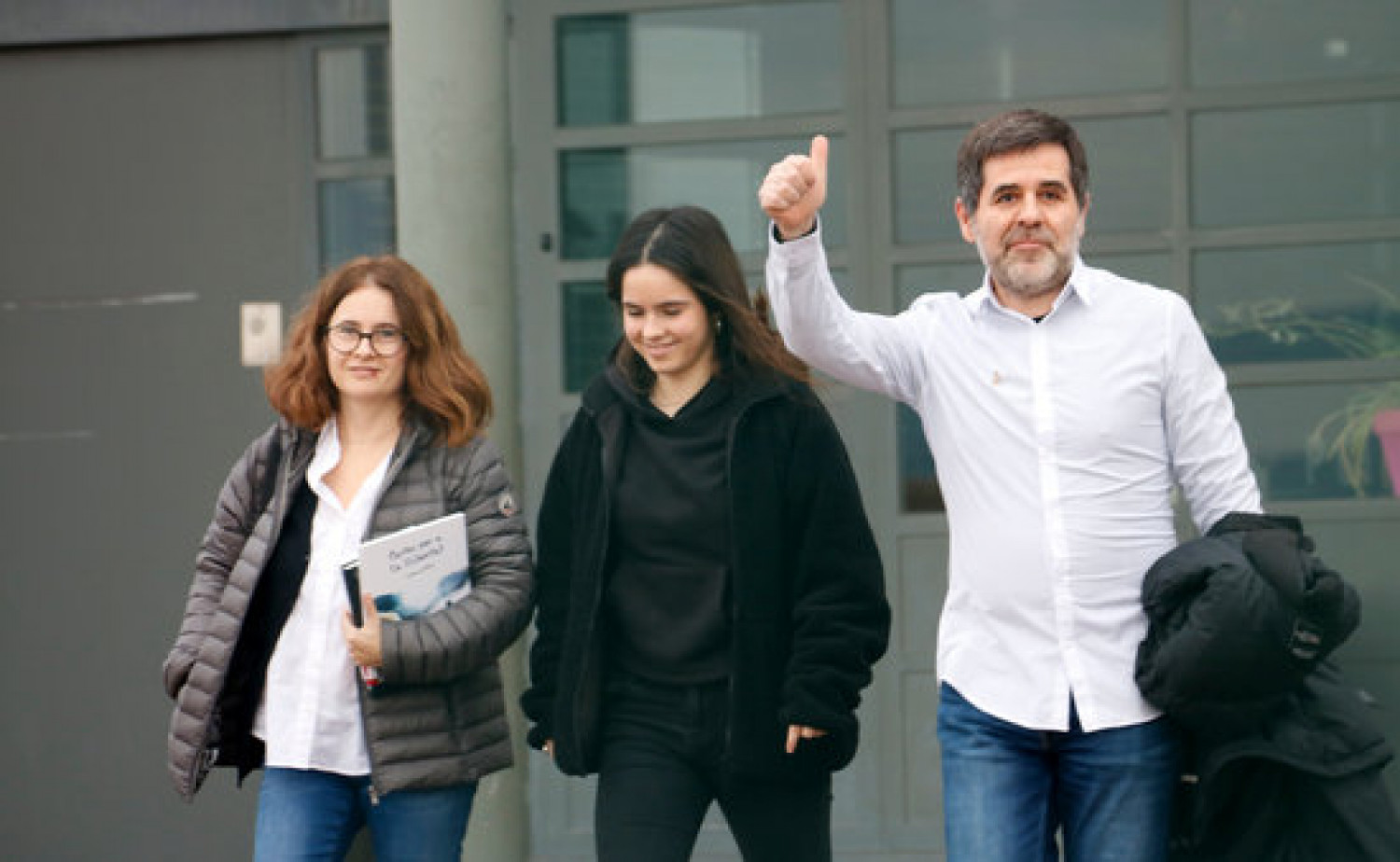 Jordi Sànchez leaves Lledoners prison accompanied by his partner and daughter after being granted leave for 48 hours in January, 2020 (by Blanca Blay)