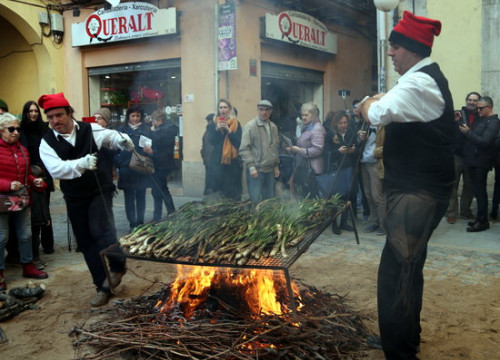 Some calçots being cooked during the great celebration of such feast in Valls, western Catalona, on January 26, 2020 (by Mar Rovira)