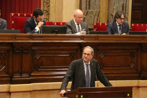 Image of the Catalan president, Quim Torra, offering a statement in parliament, with speaker Roger Torrent overseeing the session, on January 27, 2020 (by Mariona Puig)