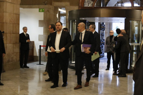 Jailed Catalan independence leaders Oriol Junqueras and Raül Romeva enter the Catalan Parliament with other imprisoned leaders for a parliamentary investigation on the application of direct rule (by Gerard Artigas)