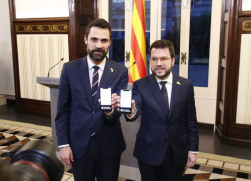 Parliament speaker, Roger Torrent, and Vice President of the Government, Pere Aragonès, showing the Generalitat's budgets on their cell phones (by Gerard Artigas)