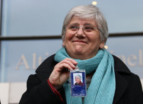 JxCat MEP, Clara Ponsatí, shows off her EU parliament accreditation in Brussels, February 5, 2020 (by Natàlia Segura)