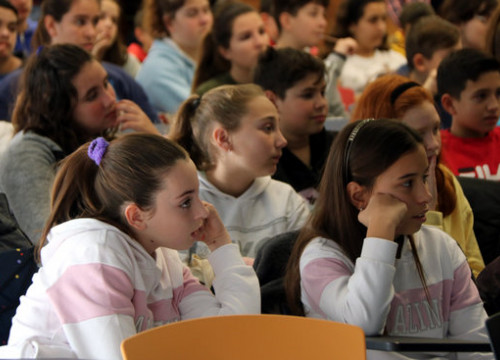 A group of girls listen to a talk during the '100tífiques' initiative at ICIQ headquarters in Tarragona,  February 11, 2020 (by Roger Segura)
